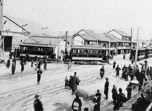 市街電車開業当日の様子(二河橋東詰付近の車庫) 明治42(1909)年